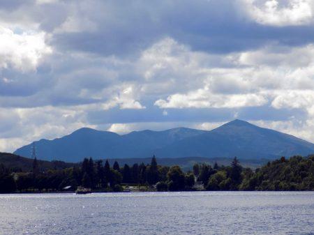 Lago y montannnas